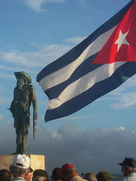 Camilo y bandera cubana
