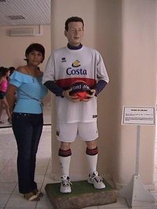 Junto a la estatua de cera de Fabio Di Celmo en el museo de cera de Bayamo