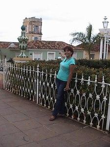 Yo en la Plaza Mayor de Trinidad, señalando hacia el torreón del  Palacio Cantero, desde donde contemplé la ciudad