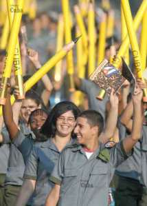 Jóvenes en el desfile militar y popular por el aniversario 50 de la victoria de Girón y la declaración del carácter socialista de la Revolución cubana. Foto: AIN