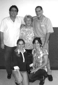 René junto a su hermano Roberto, su mamá Irma y sus hijas Irma e Ivette en mayo de 2011