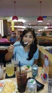 Comiendo con palitos en un restaurante coreano